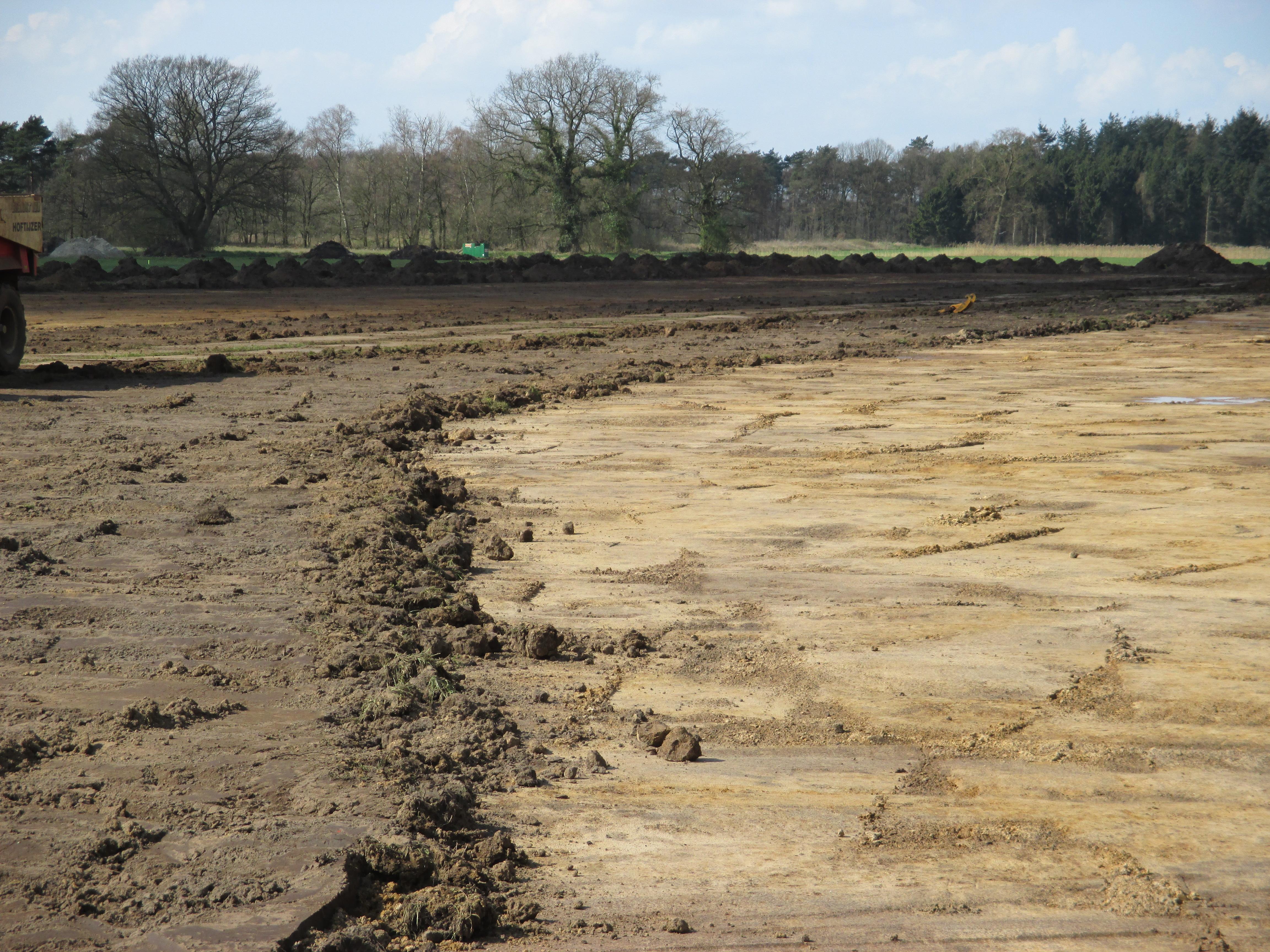 Op deze foto ziet u links de voedselrijke grondlaag en rechts zoals het moet worden; een voedselarme bodem