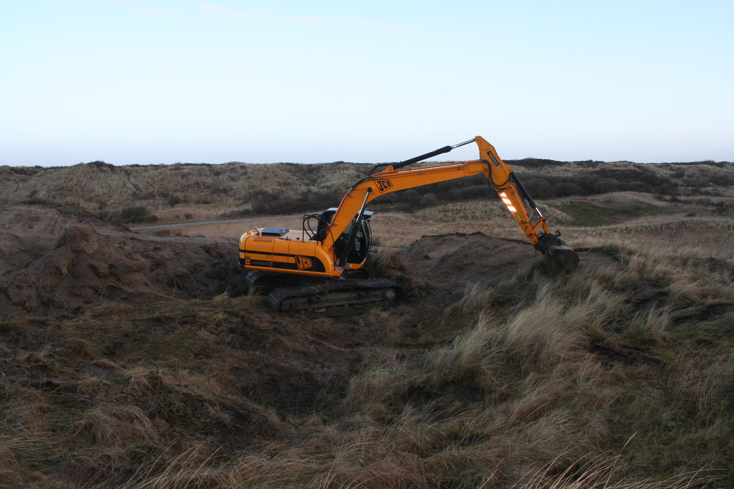 De grassige duinen worden machinaal afgeplagd. Afgelopen februari  zag het er zo uit bij bij Zwanewaterduinen.