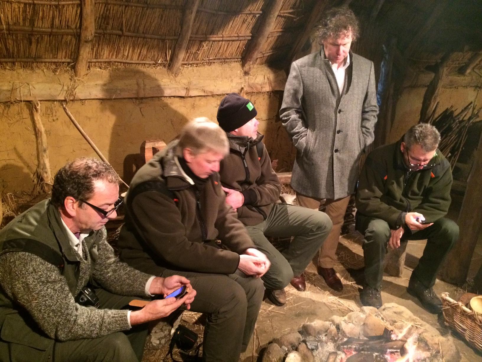 De boswachters checken nog even hun 'feeds', onder toeziend oog van eindredacteur Martin van der Veen