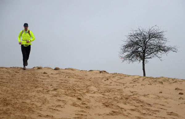 Een van de deelnemers, met de wind in de rug.
