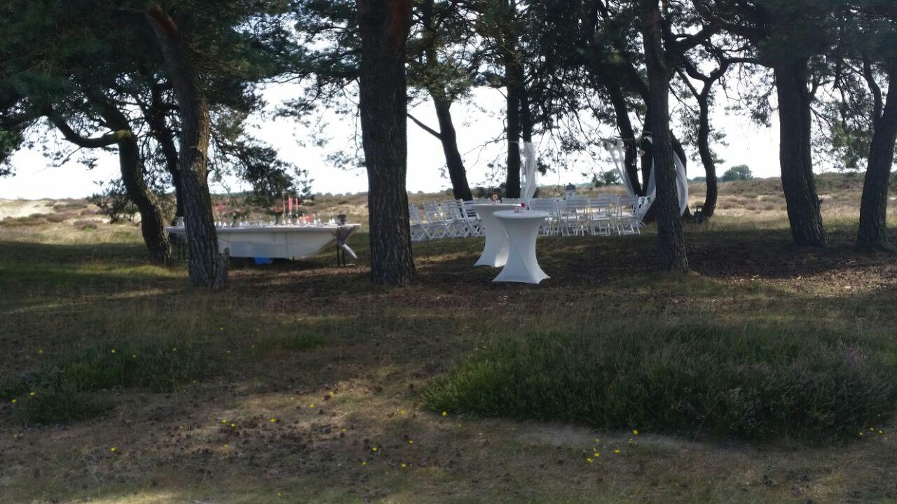 Feestelijk gedekte tafels midden op het Ballooerveld