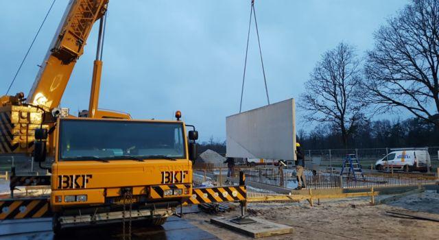 Betonwanden van het nieuwe beheerkantoor van Staatsbosbeheer in de Kop van Drenthe worden geplaatst.