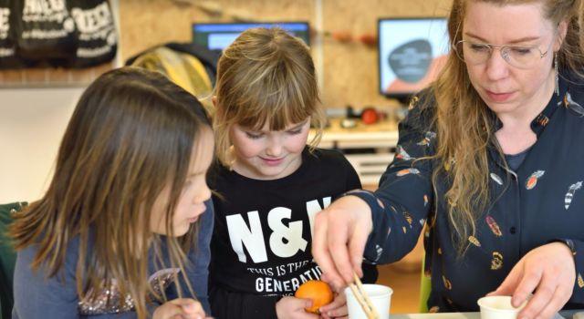 Kinderen maken vetbollen in de nieuwe ROEG! Hoek.