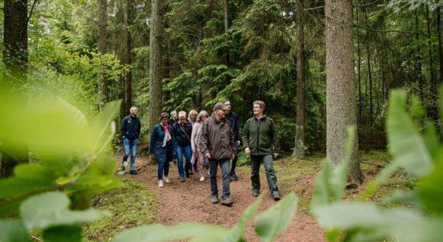 Op excursie in het bos (deze foto is voor de coronamaatregelen genomen).