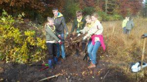 scouts aan het werk op de natuurwerkdag