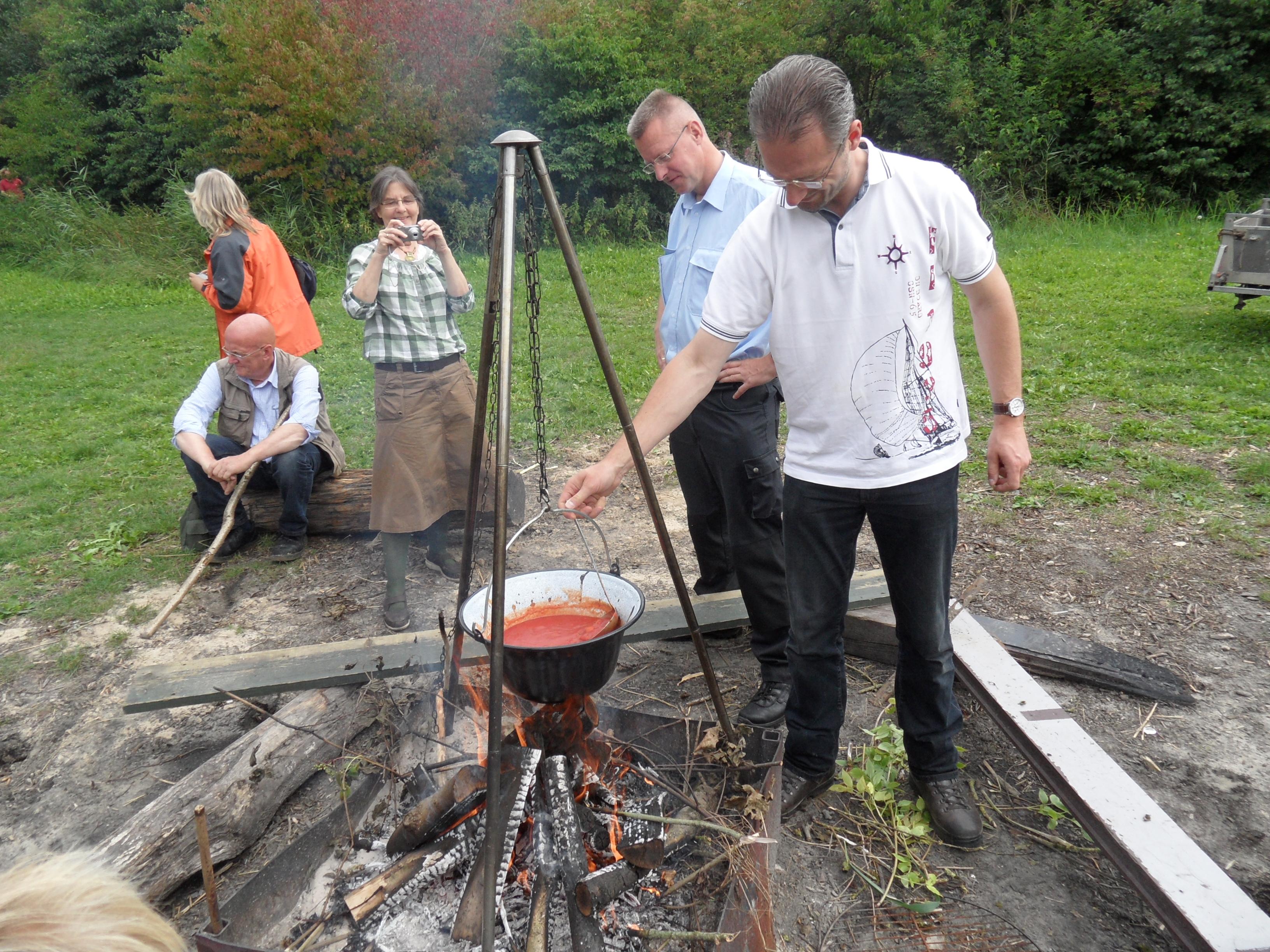 Soep koken boven een vuurtje