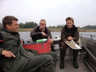 De boot is vaak het enige vervoersmiddel bij het beheerwerk in De Wieden