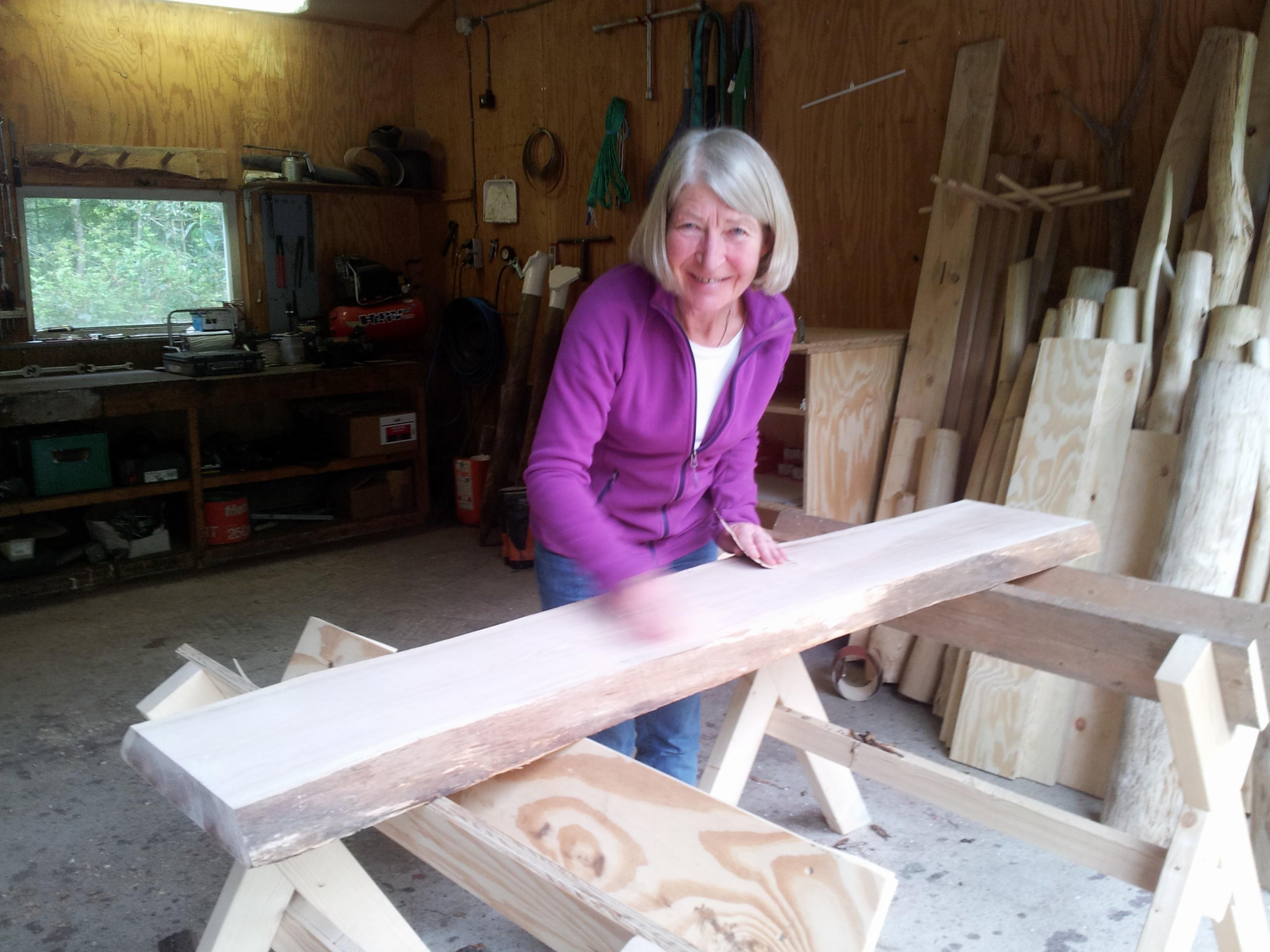 Karin Folmer bezig met haar eigen tuinbank