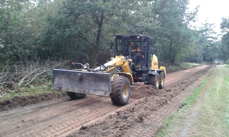Uitgraven van het cunet voor het nieuwe betonpad