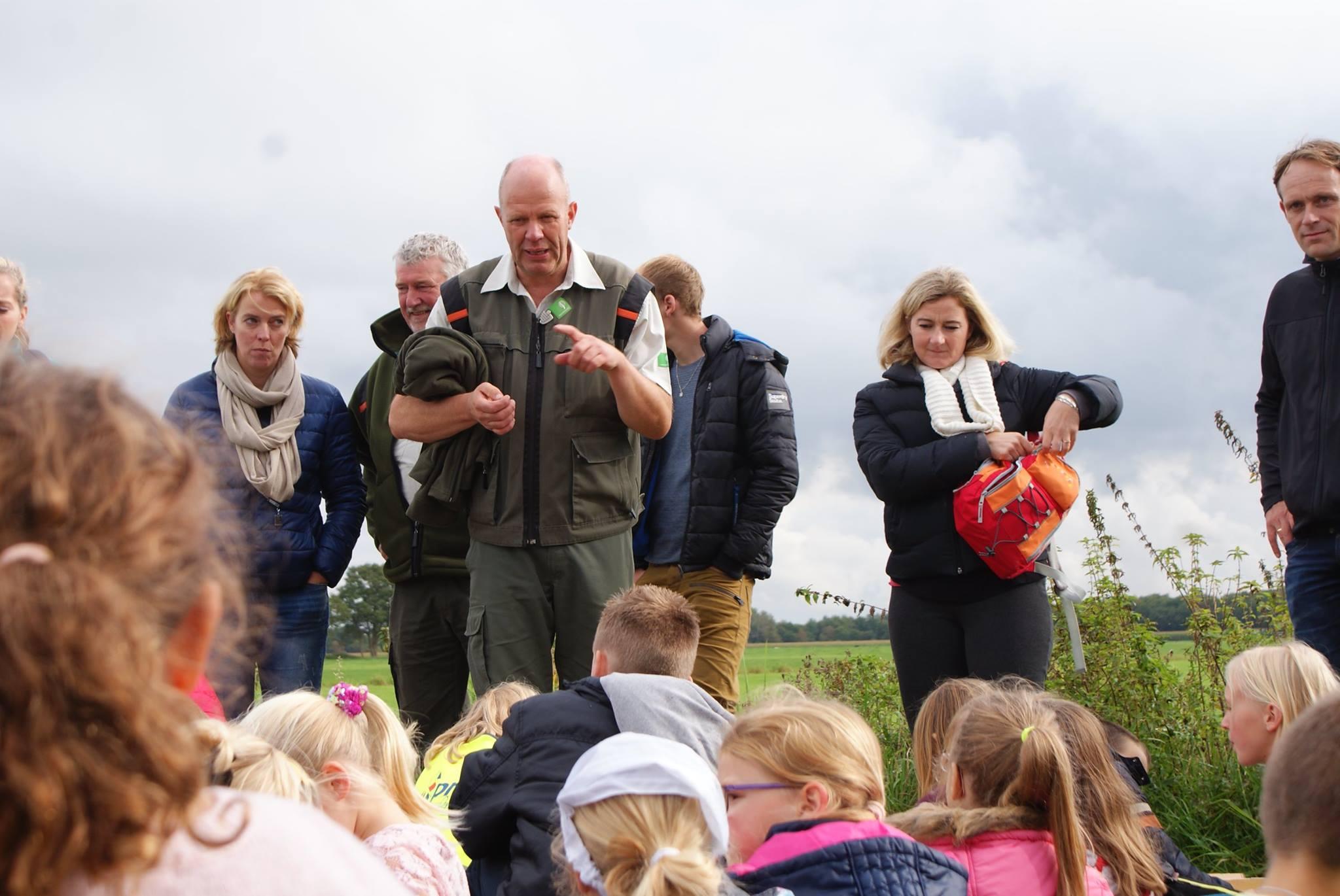 Boswachters Herman van der Meulen en Anne Visser actief met de schoolkinderen
