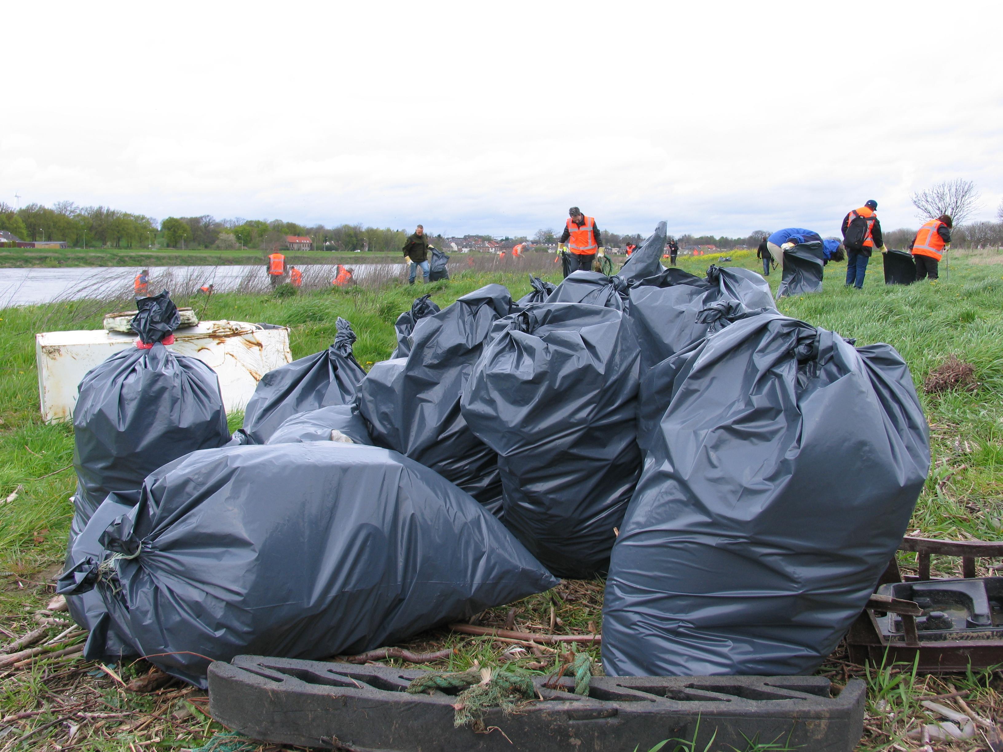 Vrijwilligers schonen Maasoevers op