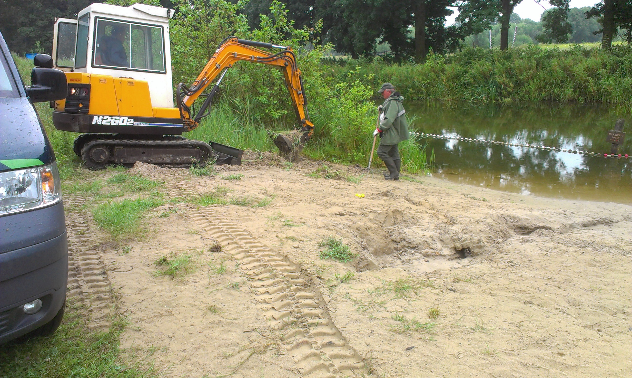 Distels worden verwijderd op het strandje van Den Nul.