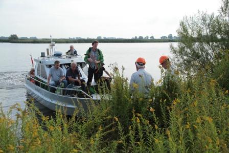 Met een bootje worden vrijwilligers naar het eiland gebracht.