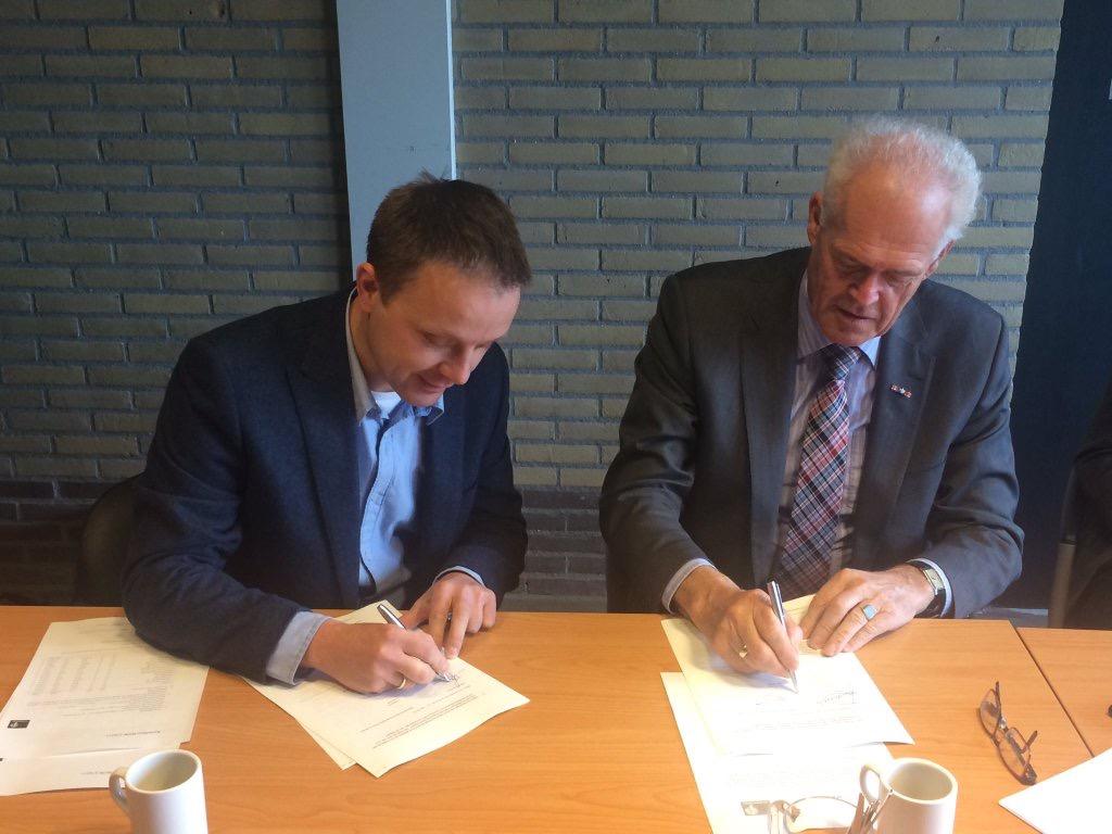 Hans van de Beek (l, Staatsbosbeheer) en Joop Alssema (r, ANV) tekenen de overeenkomst.