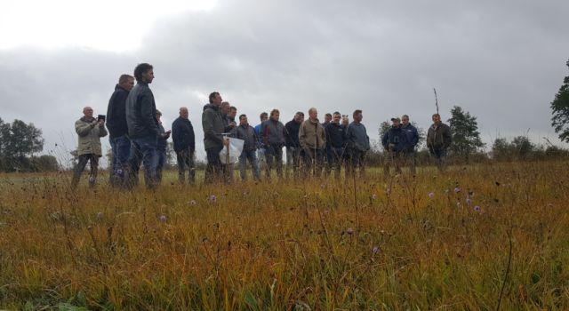 De groep van circa twintig boeren, allemaal pachters van percelen van Staatsbosbeheer in de natuurgebieden Olde Maten en Veerslootlanden, tussen Staphorst en Zwartsluis, heeft zich tijdens een cursus verdiept in natuurbeheer.