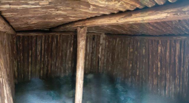 Interieur van de onderduikershut in Helhuizen