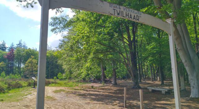 Een replica van de toegangspoort tot het voormalige Rijkswerkkamp Twilhaar