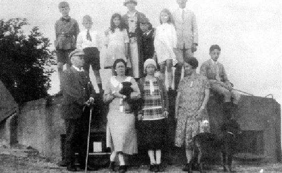 De familie van Wulfften Palthe bij de koepel op de Grote Koningsbelt, 1925