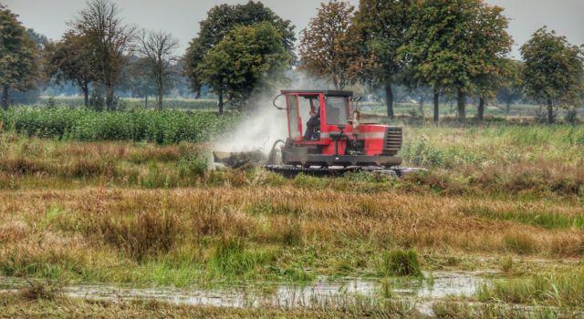 Met een wetlandtrack wordt het Middelveen - Overtoom gemaaid.