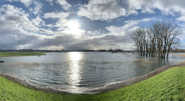Overstroomde Oude Waal net buiten Nijmegen