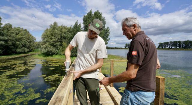 Boswachters en vrijwilligers werkten aan de brug