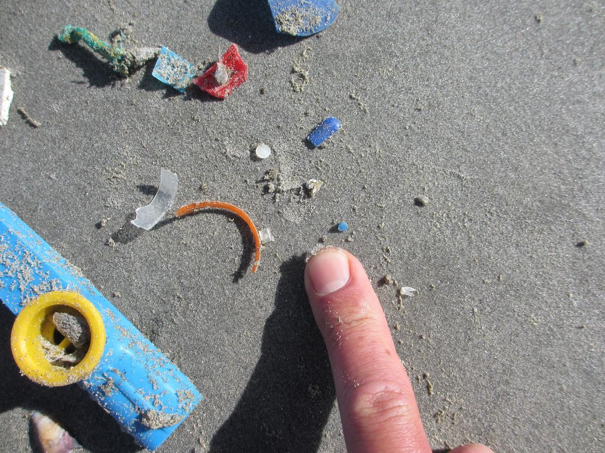 Klein plastic afval op de vloedlijn.
