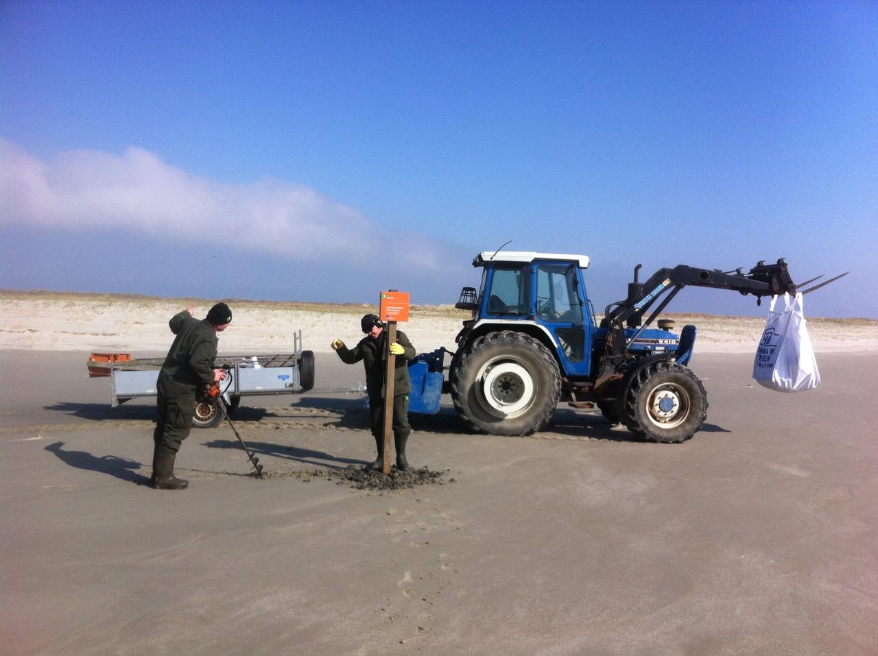 Boswachters Dennis Moerkerken en Henk Mulder in actie. Foto: Doortje Dallmeijer