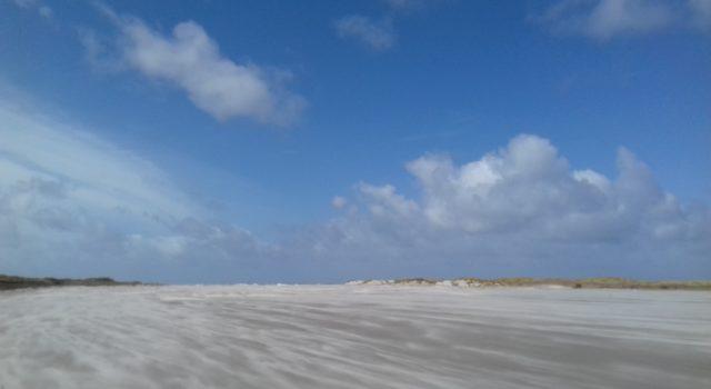 Stuivend zand in harde wind Rottumerplaat 15-4-2017 Peter van Horssen
