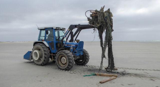 opruimen van afval en visnetten, Rottumerplaat, mei 2018