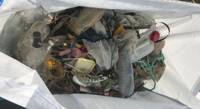 Afval wordt verzameld in een bigbag en dan afgevoerd.