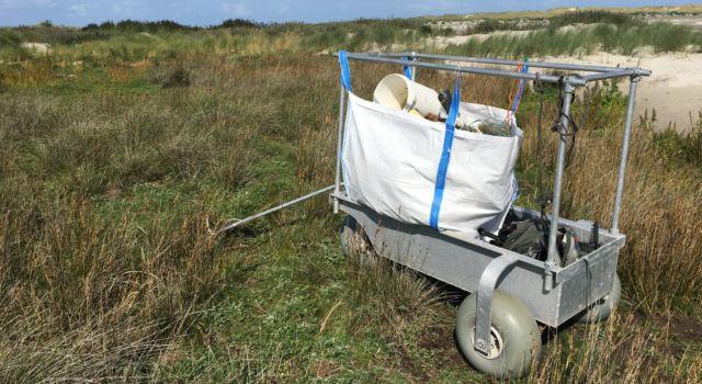 De wadkar is onmisbaar bij het ruimen van vuil. In totaal werden 11 bigbags gevuld.