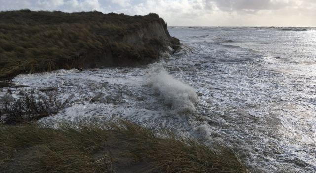 Wassende water tegen uiteinde stuifdijk
