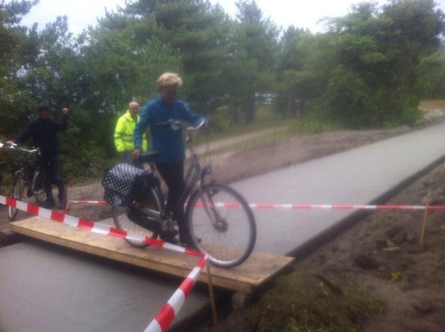 Bruggetje voor fietsers en wandelaars over nieuwe fietspad Harger Zeeweg