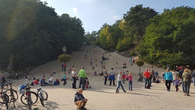 Veel spelende kinderen bij de Klimduin in Schoorl
