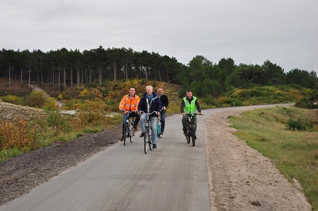 Controle van het fietspad door de aannemer en de projectleider vanuit Staatsbosbeheer Bart Witte.