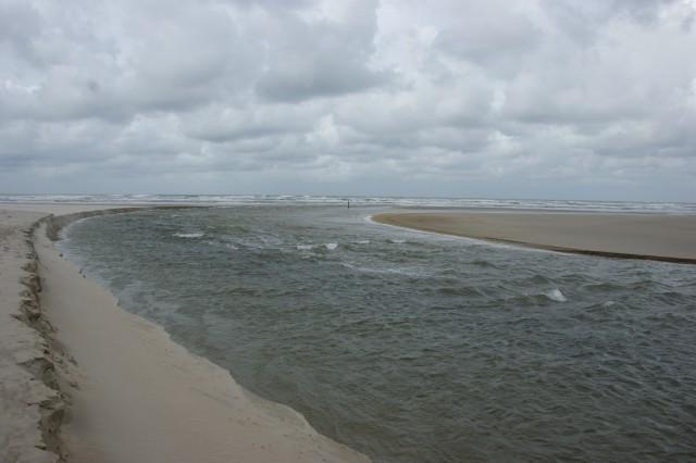Dinsdagmiddag de ebstroom loopt nog stevig na de kenttering op zee, let op de plaats van de strandpaal
