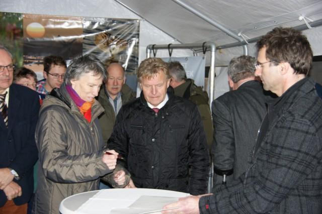 Regiodiorecteur Annemiek Roesen tekent namens Staatsbosbeheer