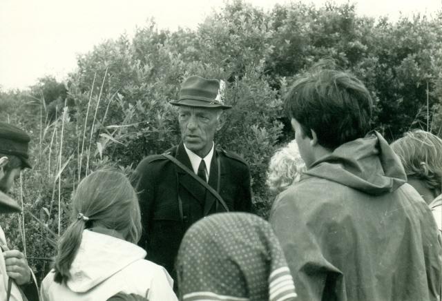 Oud vogelwachter Jan Hopman begeleid een excursie in De Muy
