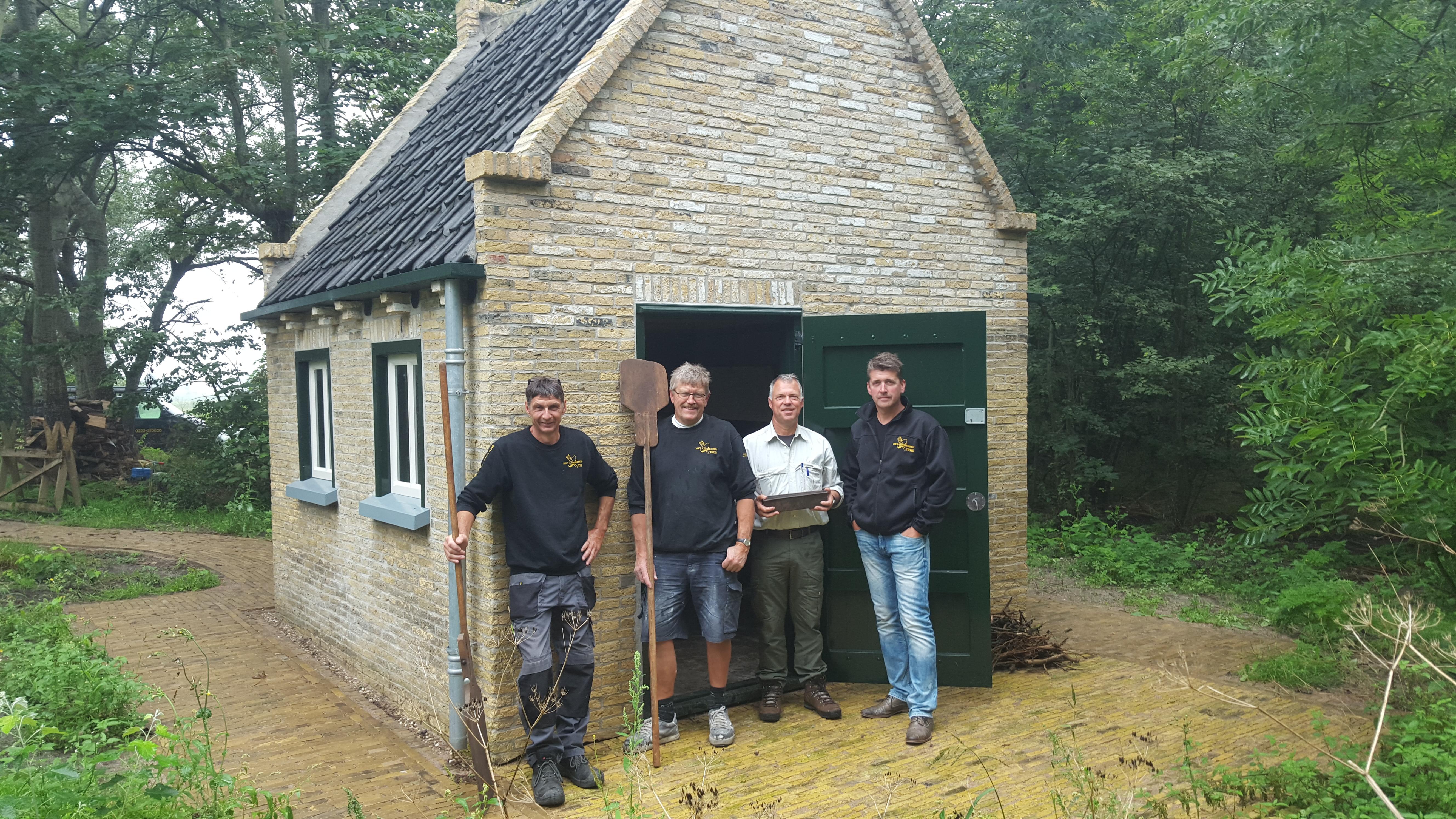 De trotse restaurateurs, Willem Houwing, Jacob Hollander en eigenaar Dennis Beumkes van Bouw- en Timmerbedrijf Texel en boswachter Edwin van Egmond voor het onlangs opgeleverde bakhuis.