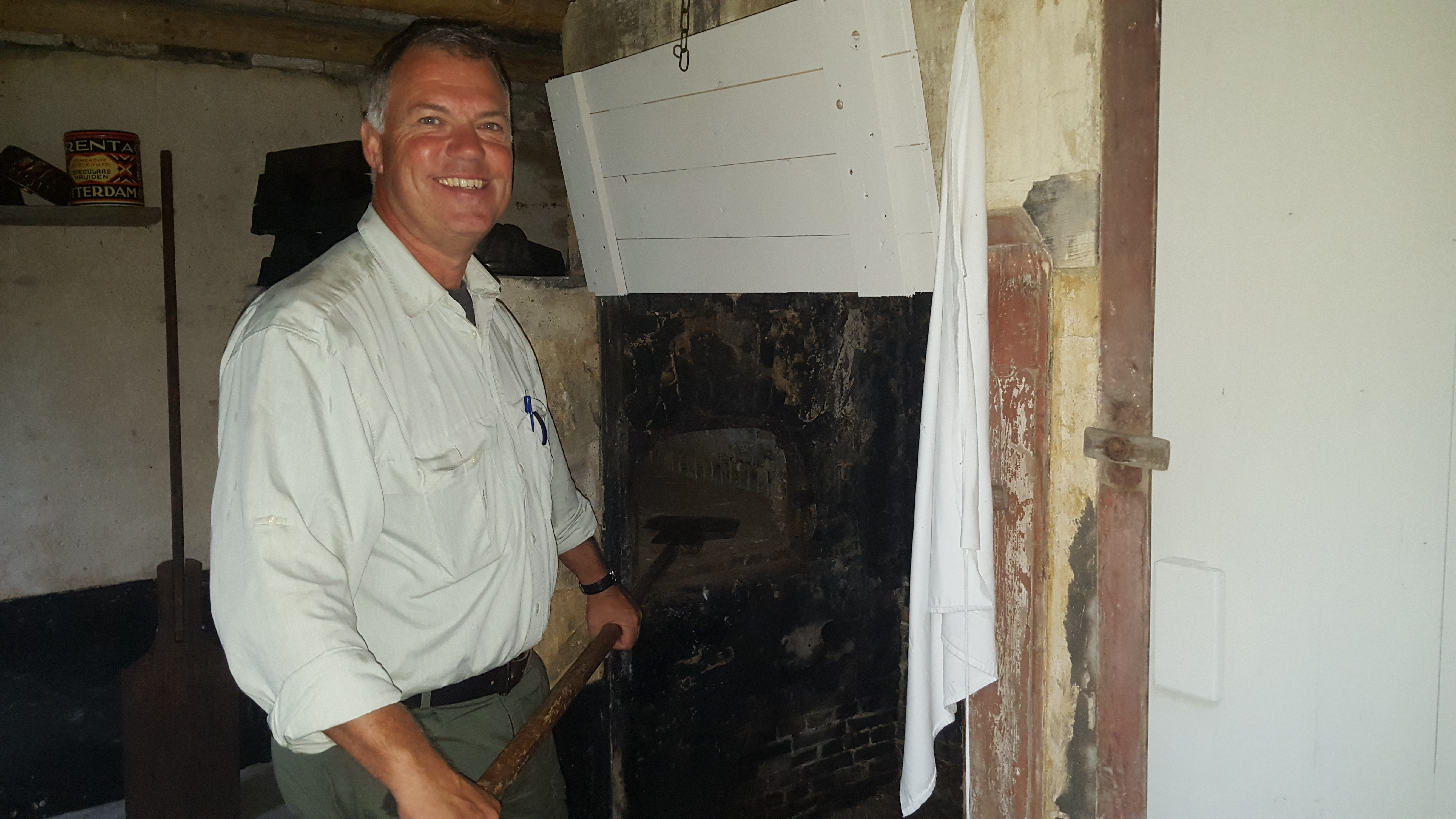 Boswachter Edwin van Egmond voor de bakoven