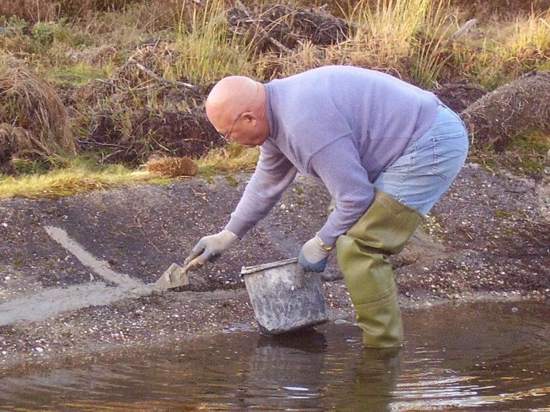Vrijwilliger werkt aan waterwerken