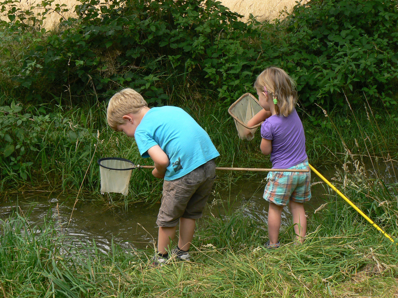 Foto Joke Veltkamp 3- Julian en Marit vissen in de beek