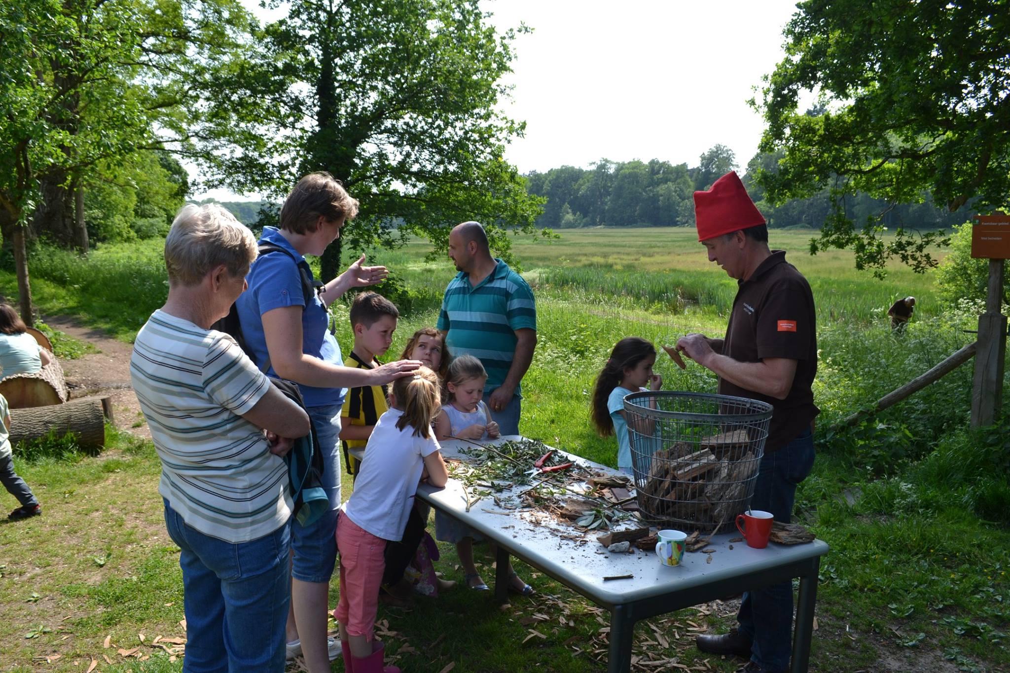 Bootjes maken van boomschors was één van de leuke activiteiten