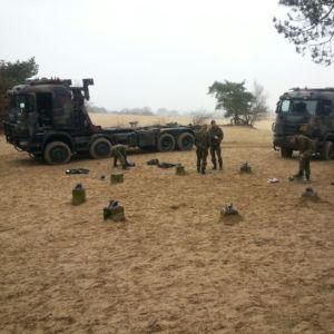 militairen bouwen de nieuwe uitkijktoren Kootwijkerzand