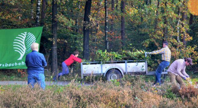 Jong en oud werken samen tijdens de jaarlijkse Natuurwerkdag