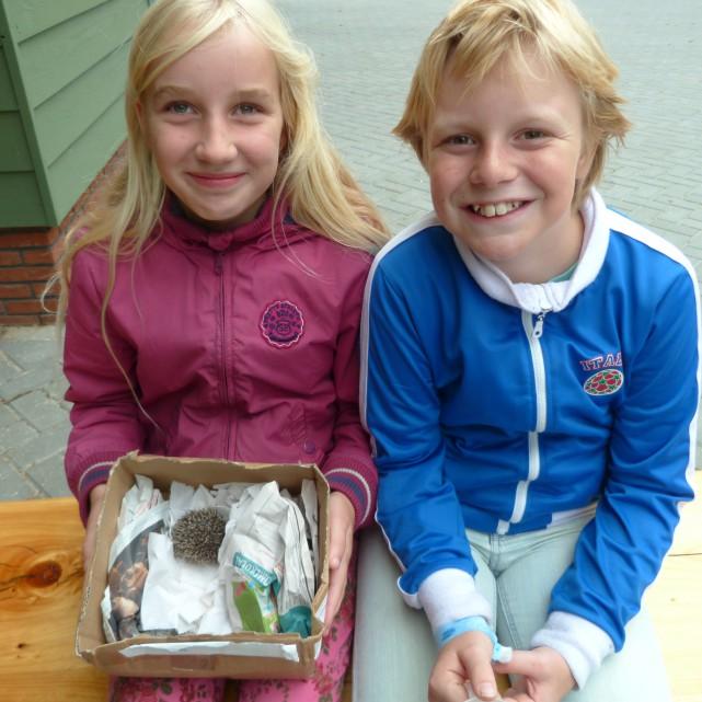 Yasmijn en Nick gaan in de egelverzorging