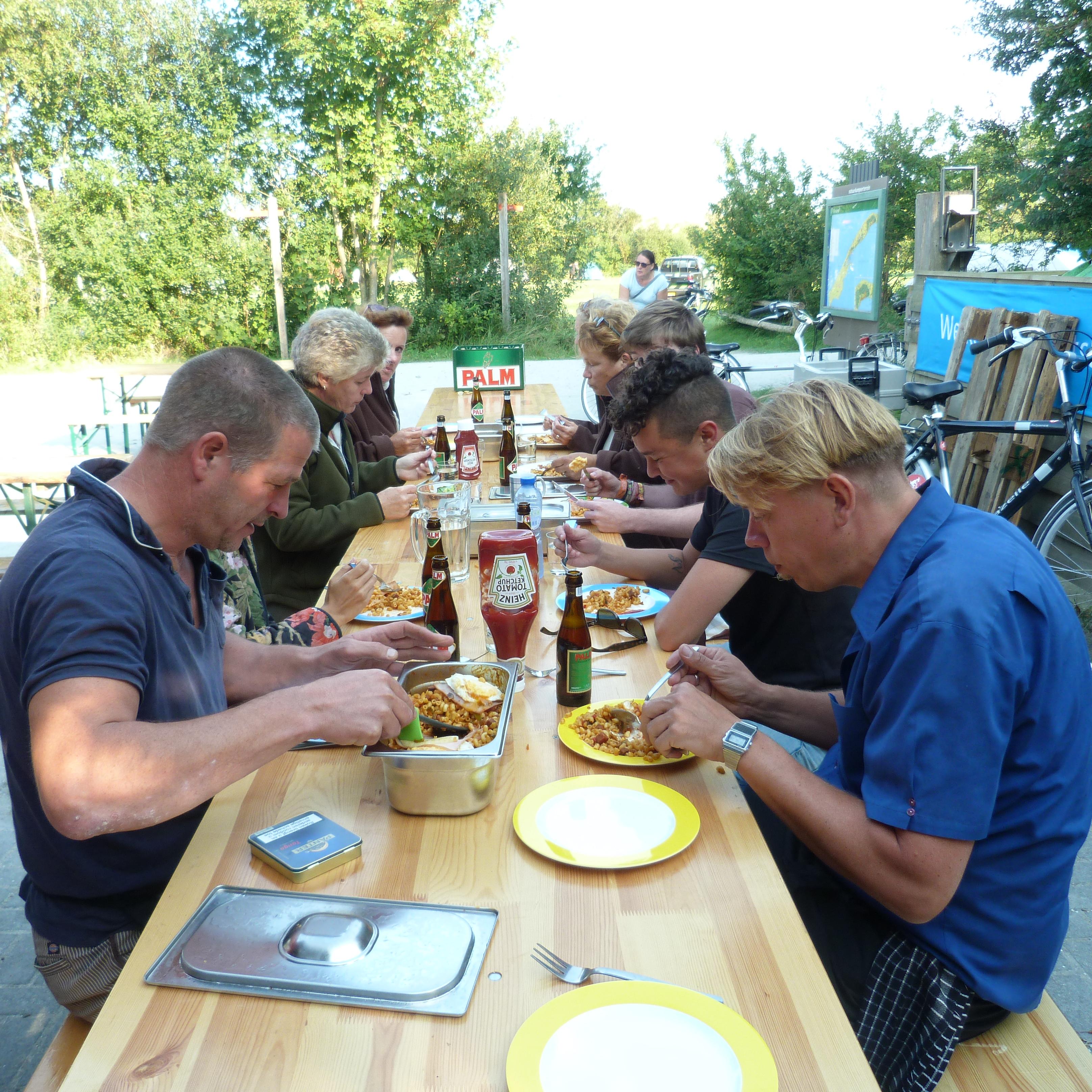 Even samen eten; v.l.n.r. Frits Kers (smaakvolvo) Beheerder Lange Paal Frederika Breijer, vrijwilliger Heleen Verspuy, Beheerder Vlieland Sonja, zoon Ruben ( net niet te zien) Steef (Vaste Gasten) en Guido (Smaakvolvo)