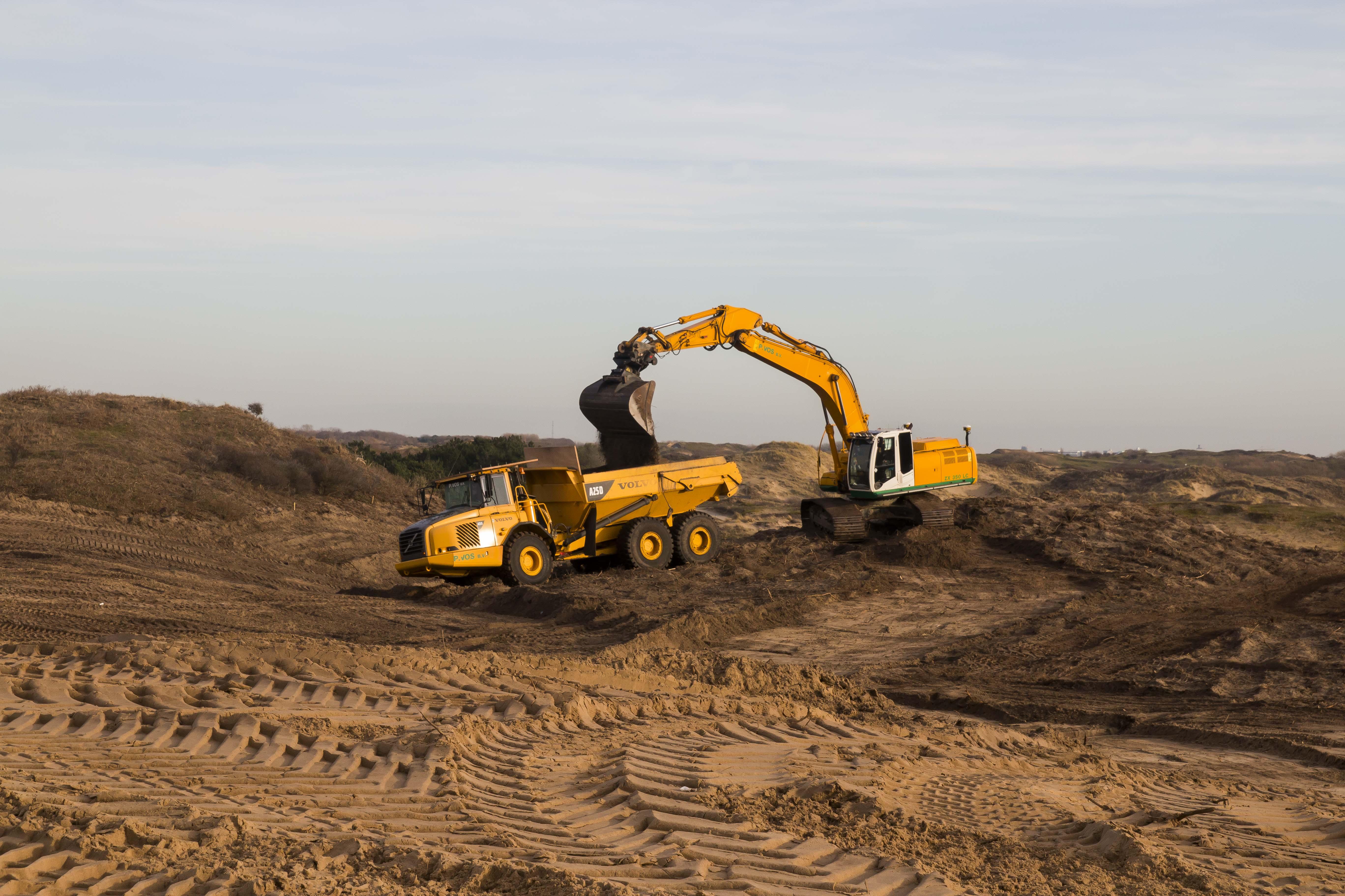 De vruchtbare donkere zandlaag wordt verwerkt en nieuwe 'stuifkuilen' worden gegraven om het duin in beweging te brengen - foto Mark Kras