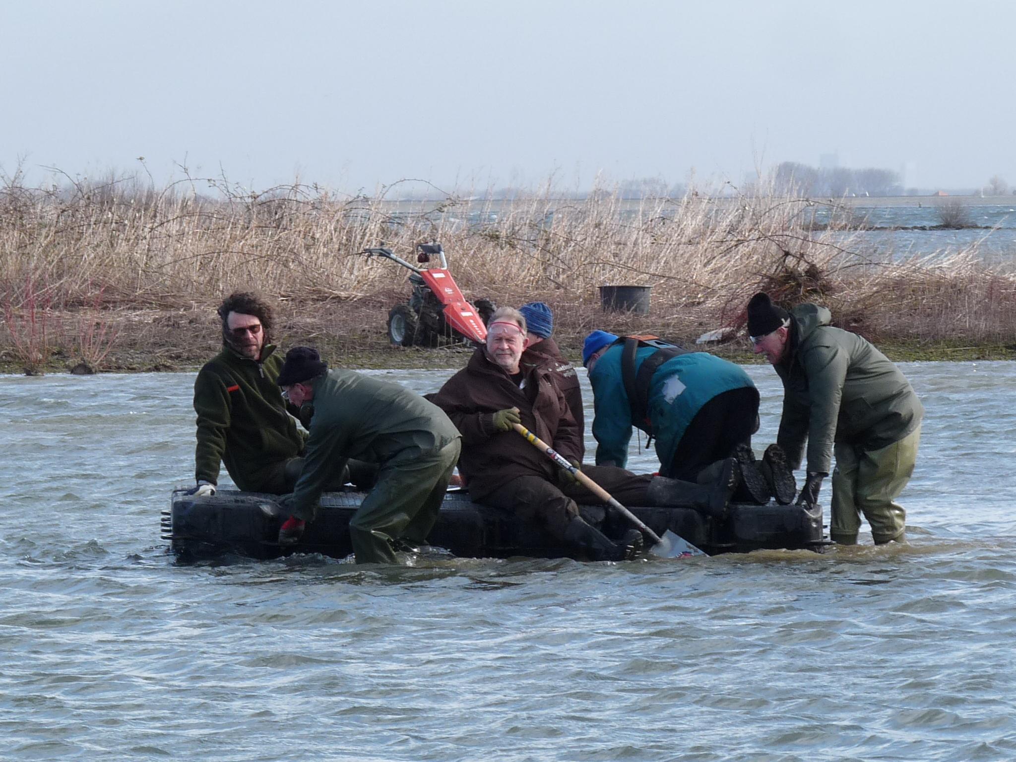 Vrijwilligers op vlot Foto Wicher Pen