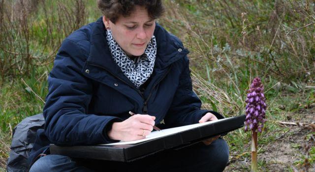 Esmée Winkel bij de hyacintorchis – Foto: Casper Zuyderduyn